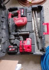Marteau-piqueur sur batterie de marque MILWAUKEE - avec sa mallette
