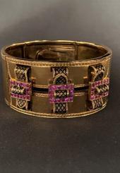 Bracelet manchette en or jaune 18k à décor ajouré de trois boucles émaillées