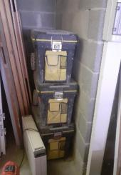 Trois caisses à outils vides sur roulettes