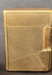 DUPONT Paris - Briquet en métal doré guilloché - signé (petites usures)