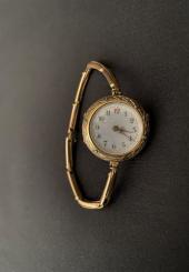 Montre-bracelet de dame en or jaune 18k à maillon articulé cadran émaillé blanc